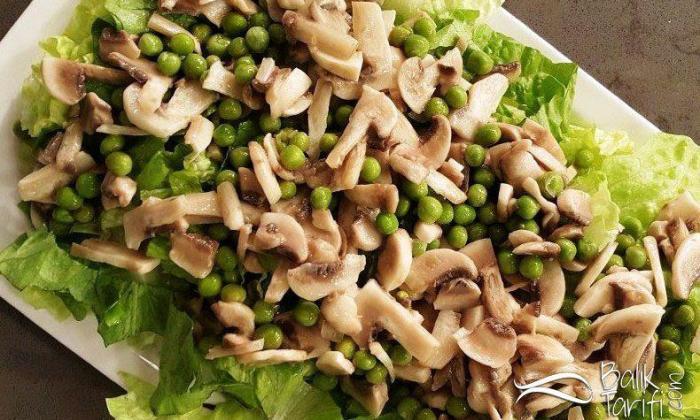 Mantarlı Bezelyeli Marul Salatası Tarifi
