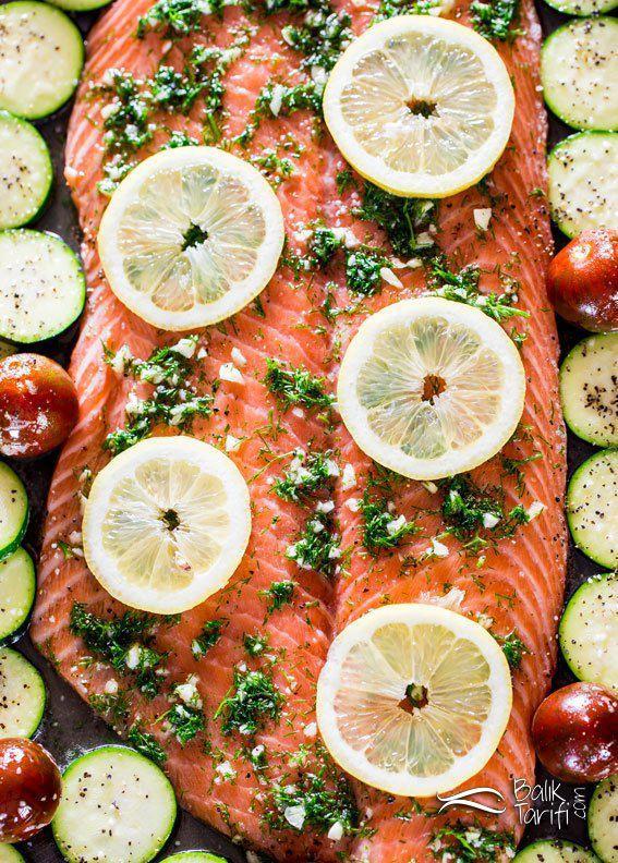 Fırında dereotu, sarımsak ve bal aromalı sebzeli somon balığı tarifi