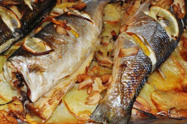 Fırında levrek tarifi: patates, soğan ve sarımsak soslu